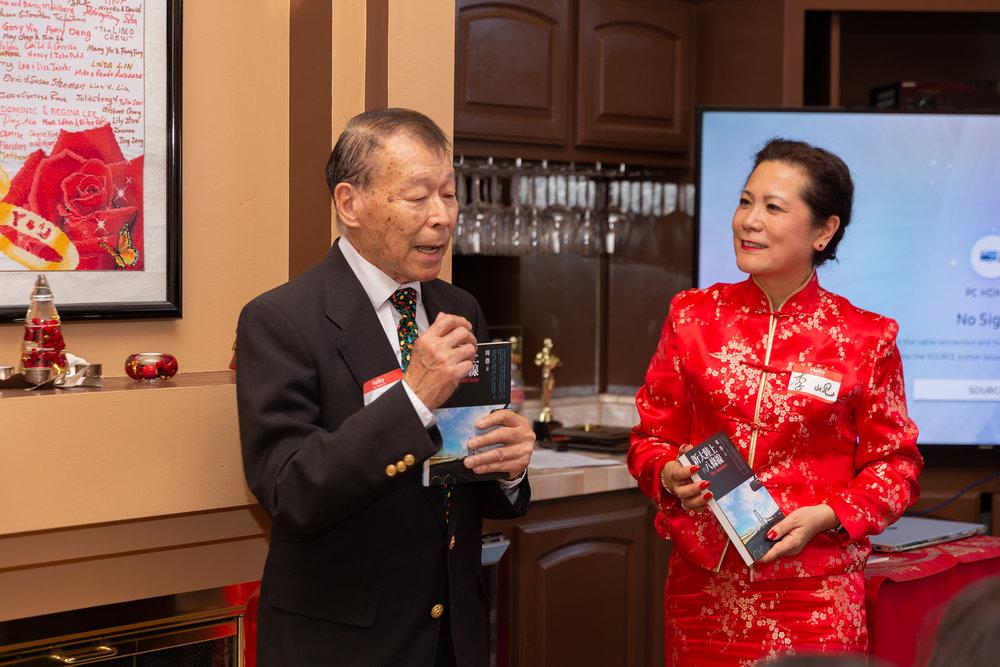 北美洛杉矶华人作协前会长周愚先生(左一)发表感言并赠送主席李岘博士(左二)、副主席何绍义博士他的著作《新大路上的八条线》。