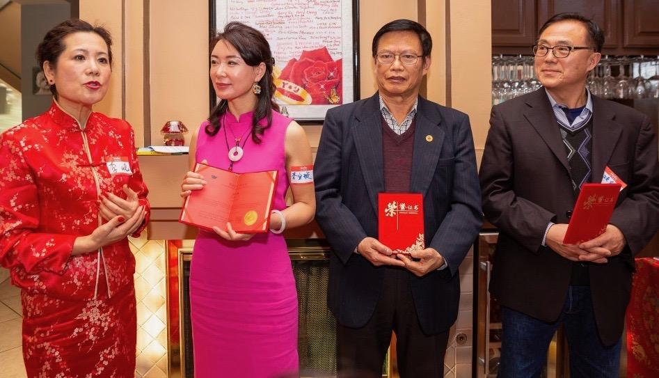 主席李岘为三位2019年加入作协永久会员(左起)李宜璇、廖中强、强颂锦颁发了荣誉证书。