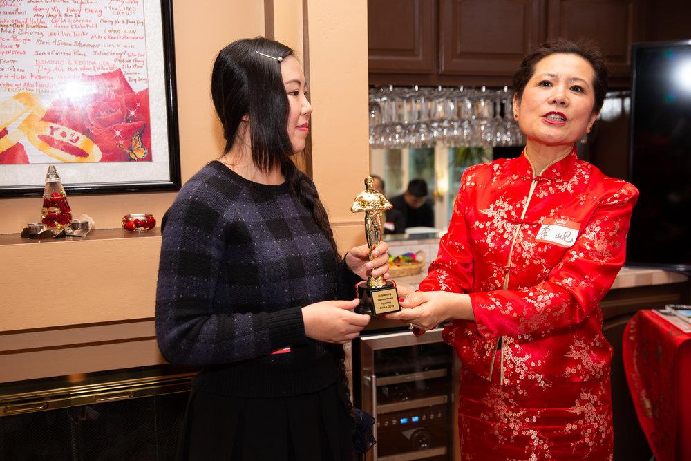 主席李岘为文昊(左一)颁发特殊贡献奖