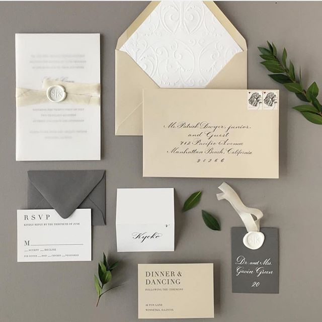 Such a gorgeous invitation suite from @sarahdrakedesign. Loving the simplicity and neutral palette – a perfect way to ease into our Tuesday! 📸: @sarahdrakedesign