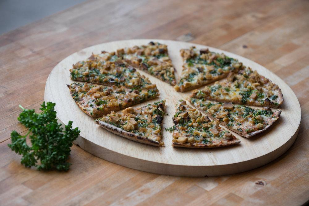 Unsere Steinbock-Pizza: Seitan, Tofu, Kräuter