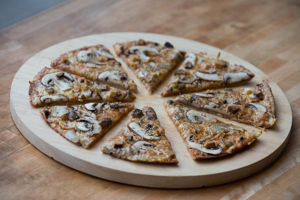 Unsere Jungfrau-Pizza: Champignon, Tofu, Sesam, Grüner Pfeffer