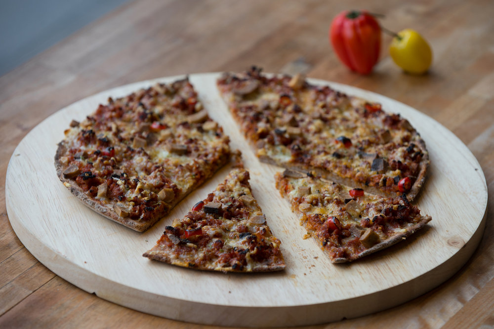 Unsere Fische-Pizza: Sojafleisch, Tofu, Peperoni, Knoblauch