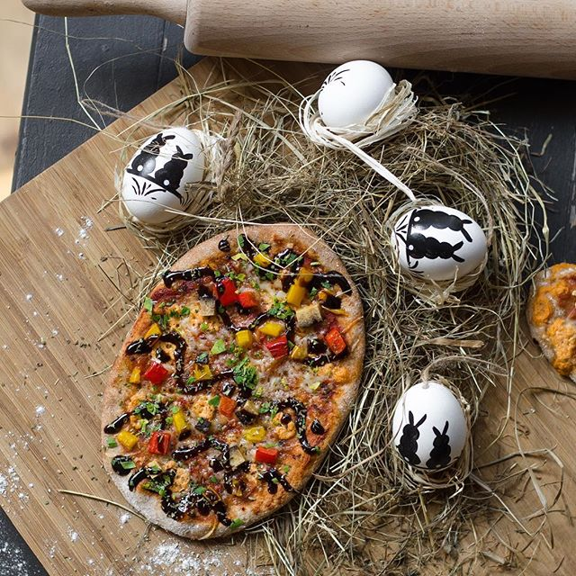 #HappyEaster everyone. Please don't try this at home: These are only actors pretending to be eggs. But the Pizza is real. 🍕 #NoEggsAllowedInOurKitchen  #ZodiacPizza #LovePizzaHappiness #VegetarianPizza #veganmunich #vegansofig #veganPizza