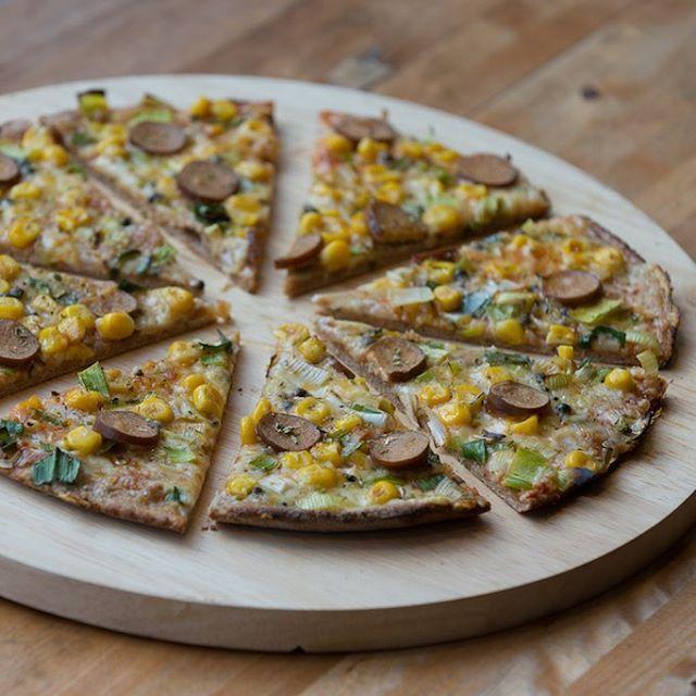 Stier-Pizza: TOFU - ROLLE, MAIS, LAUCH, GRÜNER PFEFFER  #ZodiacPizza #LovePizzaHappiness #SternzeichenStier #veganmunich #VegetarianPizza #vegansofig #veganPizza #veganfoodshare