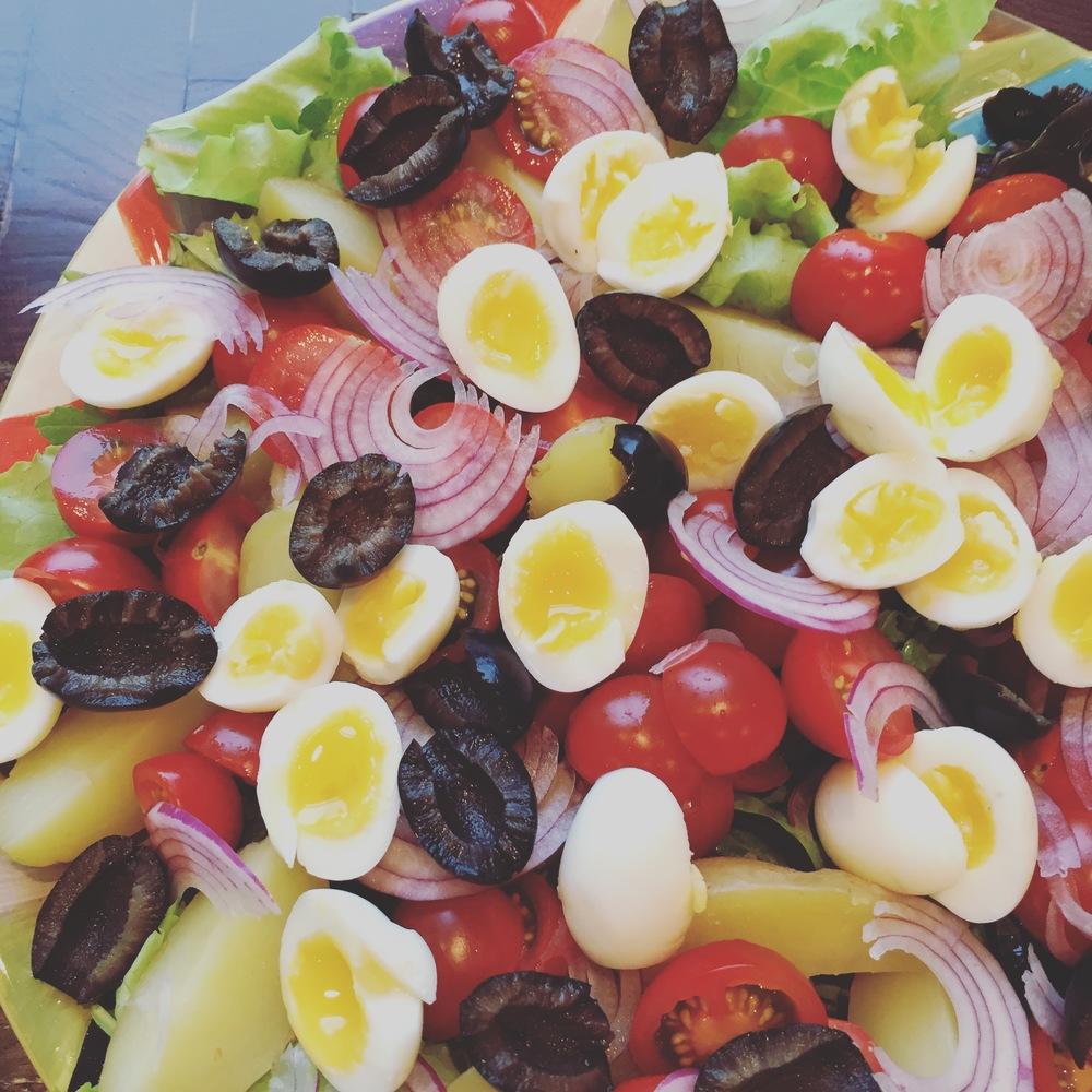 Salāti gatavi precēties ar tunci un mērci.