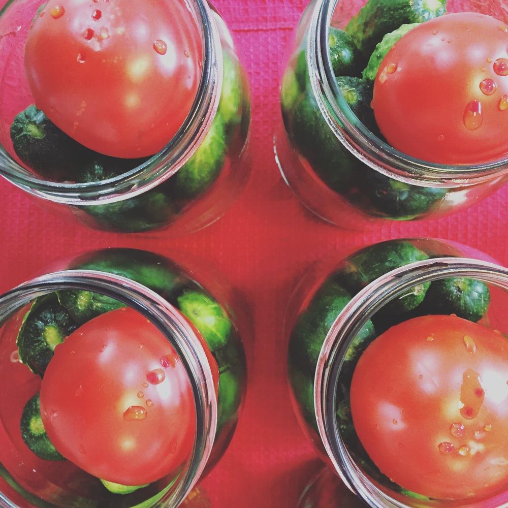 Gurķi un tomāti gaida karsto marinādes peldi.