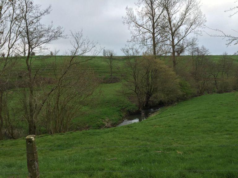 De Zenne ligt aan de oorsprong van Brussel; voor Brusselaars een perfecte aanleiding om regelmatig de bron van deze rivier op te zoeken. En wanneer deze reis met de fiets wordt ondernomen, is het in alle opzichten een vorm van herbronning