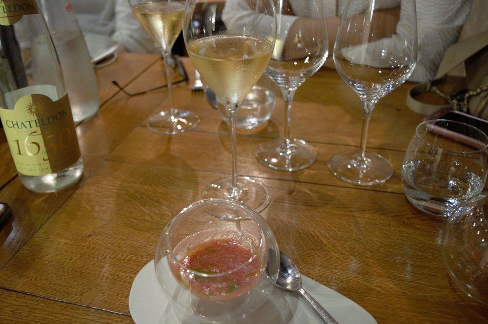 Para começar recebemos do chef esse Gazpacho refrescante, para acompanhar uma Champagne para limpar o paladar