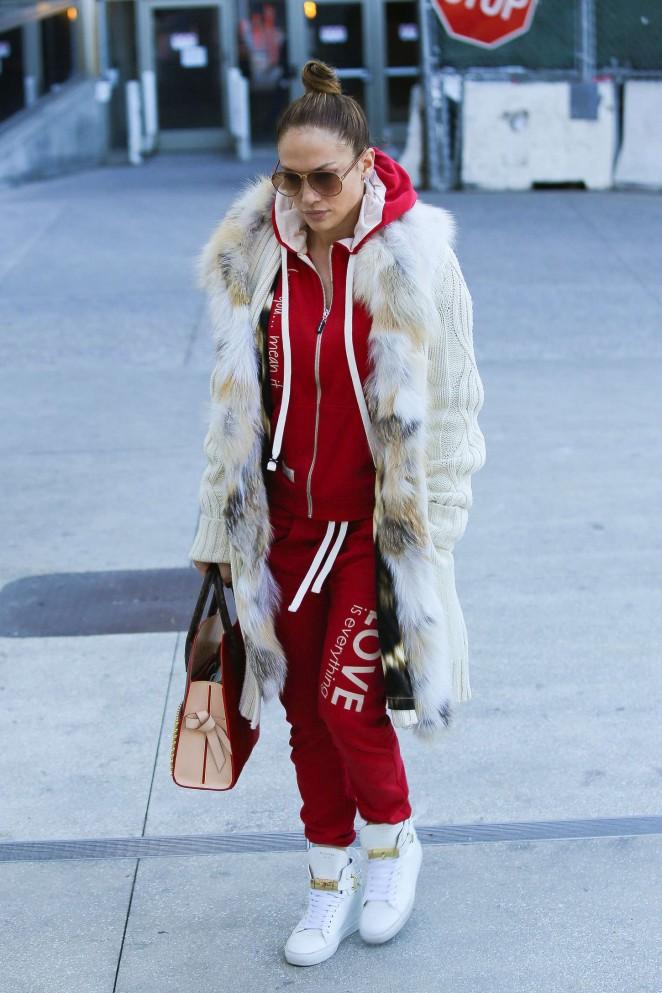 Jennifer-Lopez-in-Red-Sweats-LAX-Airport--07-662x993