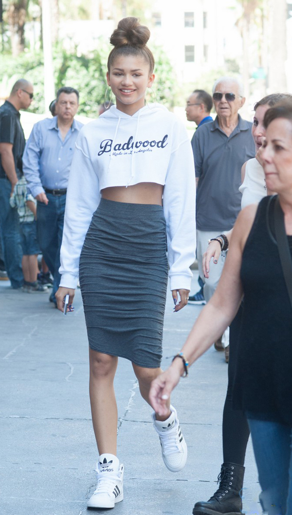 3-Zendayas-Downtown-LA-Jewelry-Shopping-Badwood-Cropped-Sweatshirt