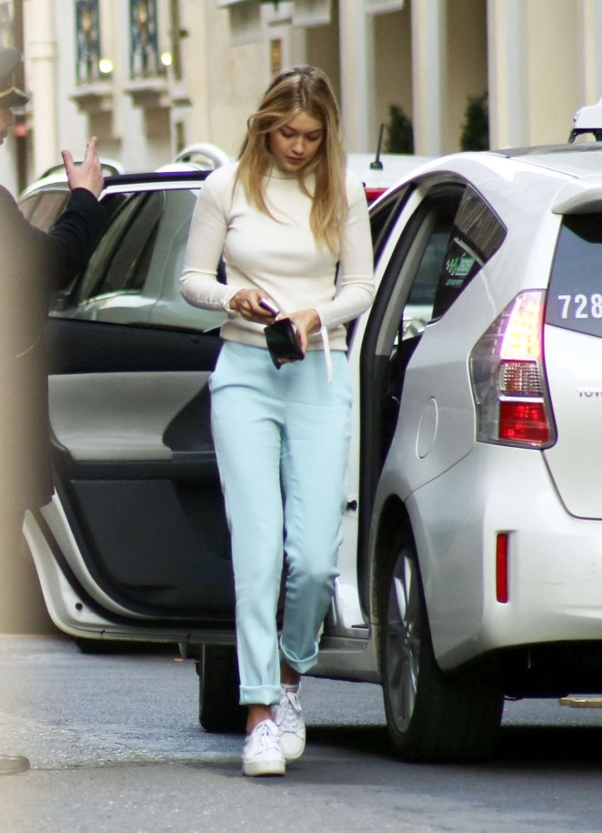 Gigi-Hadid--Shopping-at-the-Montaigne-Market--14-662x915