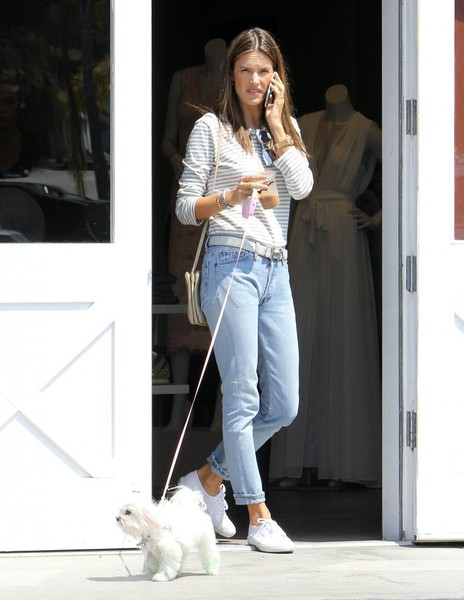 Alessandra+Ambrosio+Out+Dog+Brentwood+8h2G-CdmbDRl