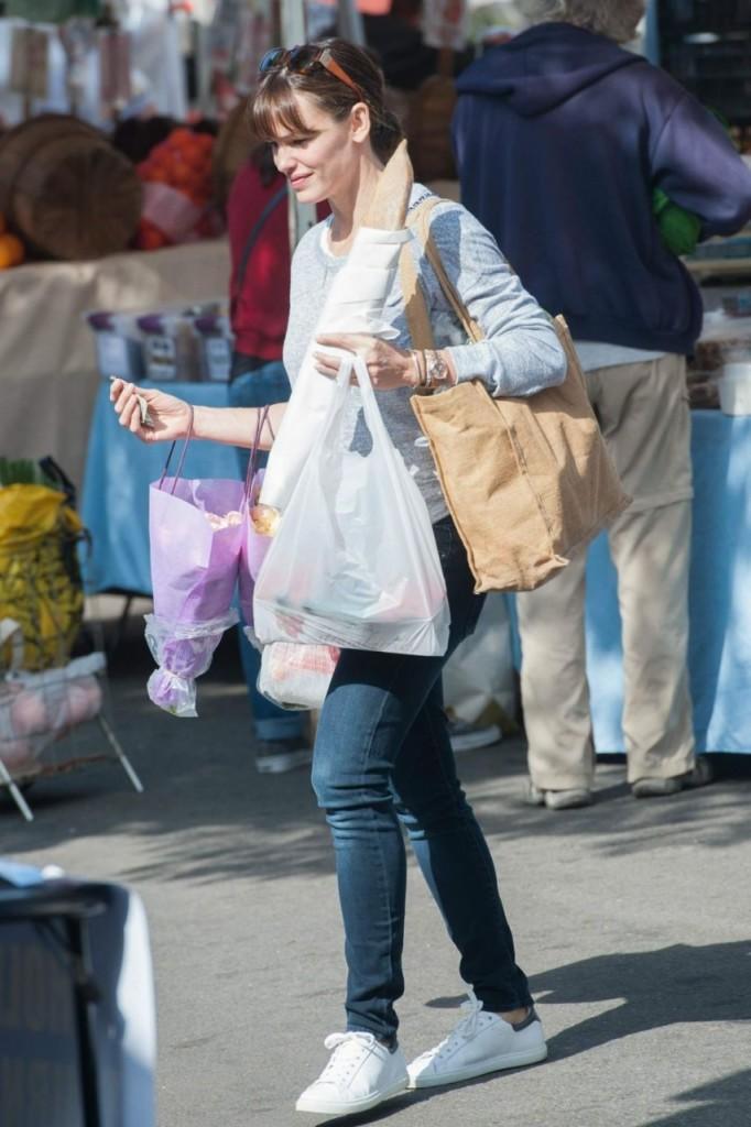 jennifer-garner-farmers-market-in-brentwood-pic200193