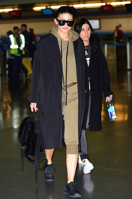 Kylie Jenner took a break from her adidas repping to slip on some Nike Roshe One sneaks in noir.