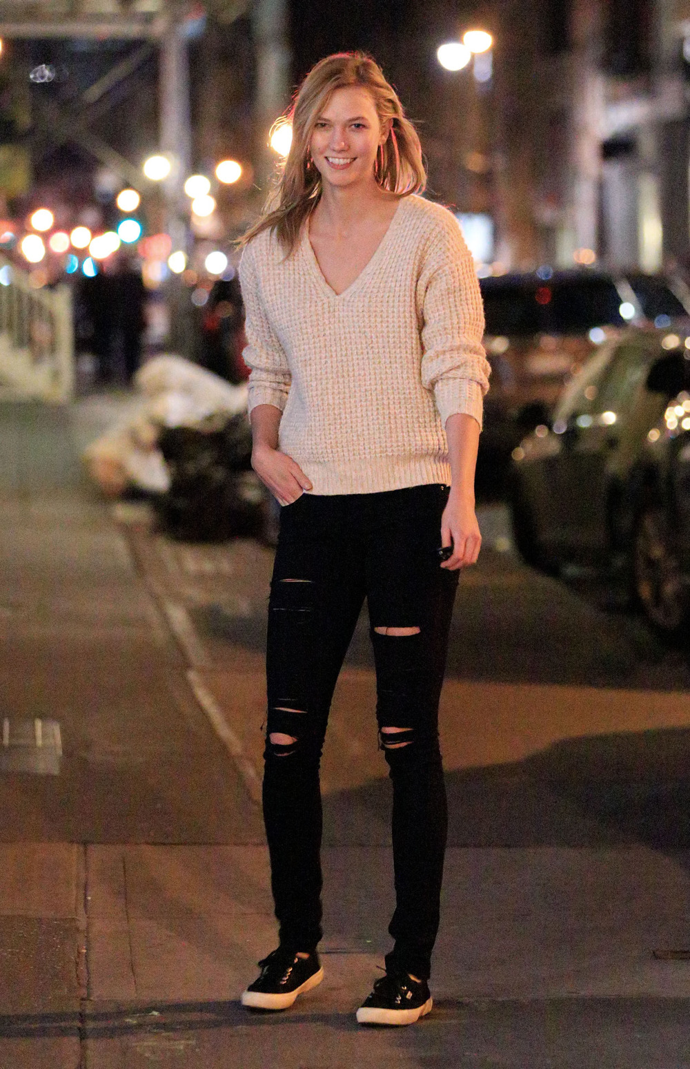 Karlie Kloss stepped out in NYC wearing Superga Cotu Classics, Frame Denim Le Color Jeans in Film Noir and a Wilfred For Aritzia Baudin Sweater in Bone.