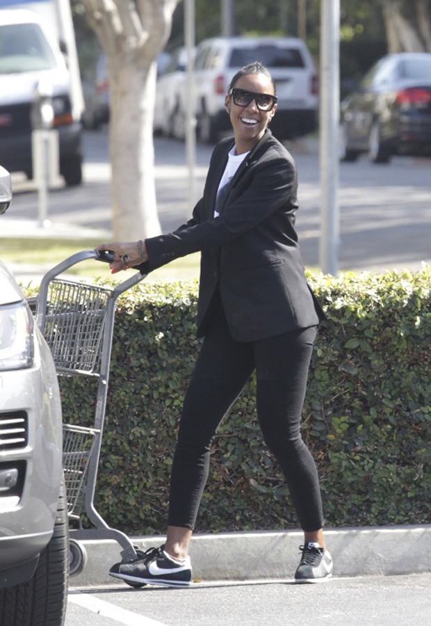 Kelly Rowland sure has an affinity for one of our favorite sneakers!  The beauty was spotted doing some grocery shopping in a black blazer, ankle jeans, and a pair of Cortez Classics.