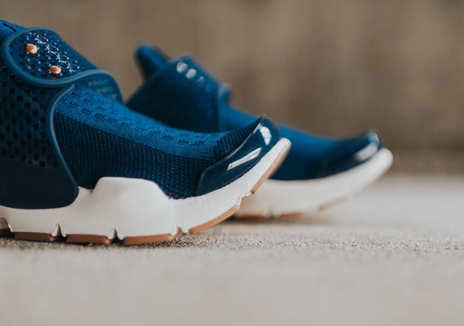 Nike-Wmns-Sock-Dark-Coastal-Blue-Obsidian-Gum-5.jpg