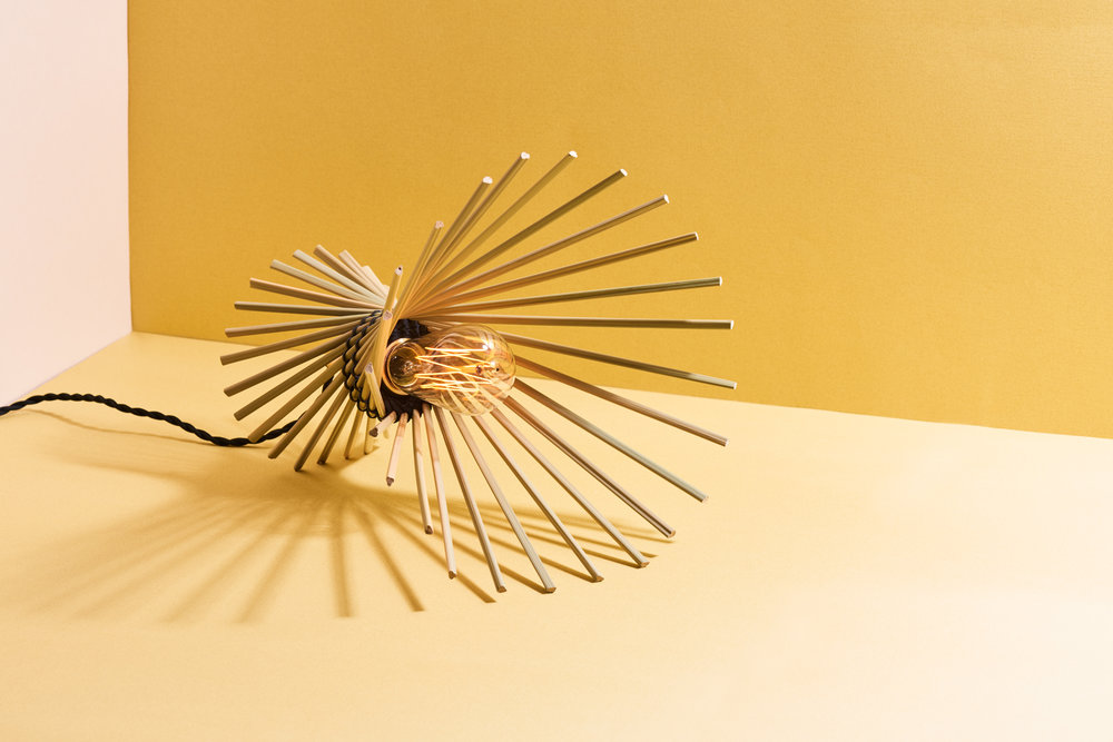 Cidal在阿美族語中是太陽的意思。曬著東海岸大太陽的輪傘草,旋轉呈放射狀,就像太陽一樣,暖暖地照著我們。Cidal可以當吊燈,也可以倒過來當桌燈。
