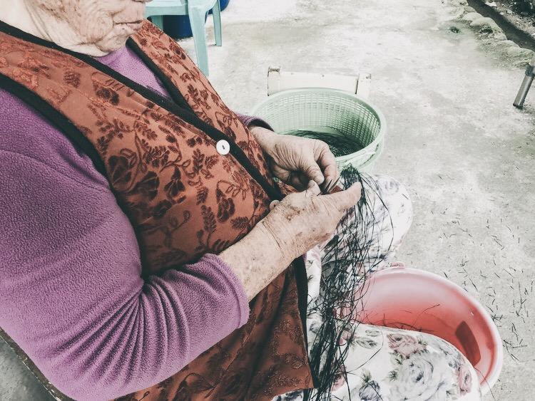 走訪香蕉絲工坊,會遇到做香蕉絲做得很認真的8、90歲姨娜