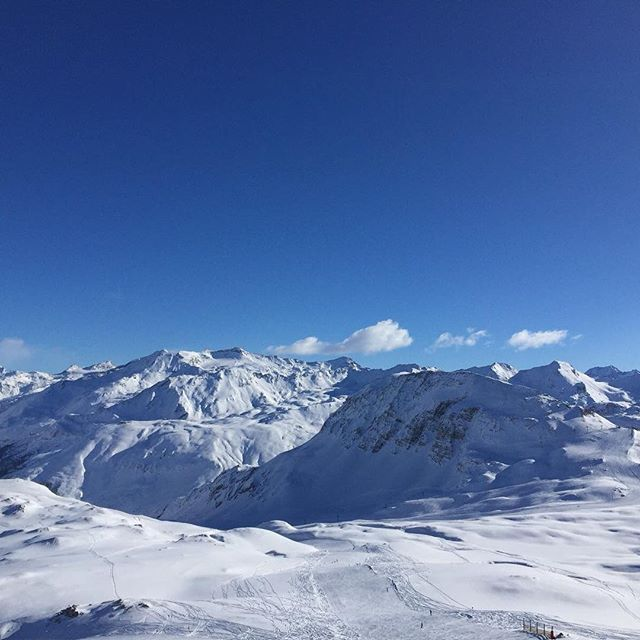 After all the snow fall we have had make sure you enjoy every #bluebirdday #fakesnow #nofilterneeded #ski #valdisere #meribel