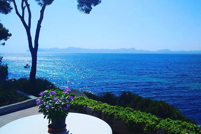 We love making the most of the sun and being outdoors! How about a #massage on your #villa terrace? Or #relax with a #organic #facial by @pinksboutique1 skincare! Get in touch. #mallorca #pollenca #pamper #treatyourself
