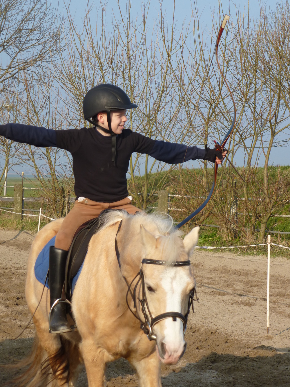 Kevin op Biyou tijdens een training van de Horsebackarchers of Holland in Rijpwetering.