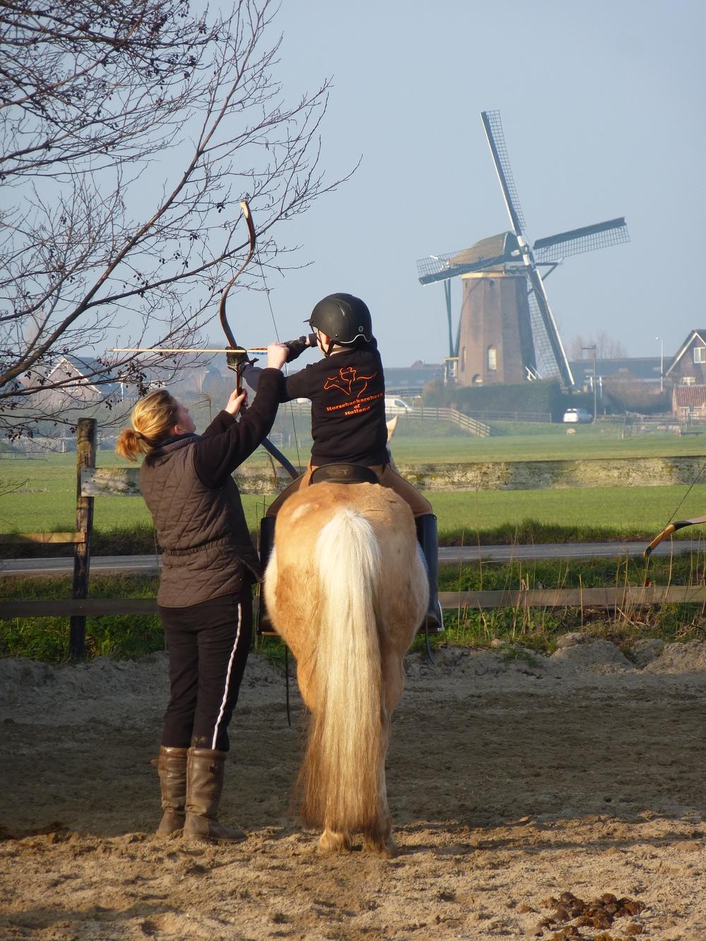 De grondlegger van horsebackarchery in Nederland, Claire Hagen, geeft uitleg aan de nieuwe generatie.