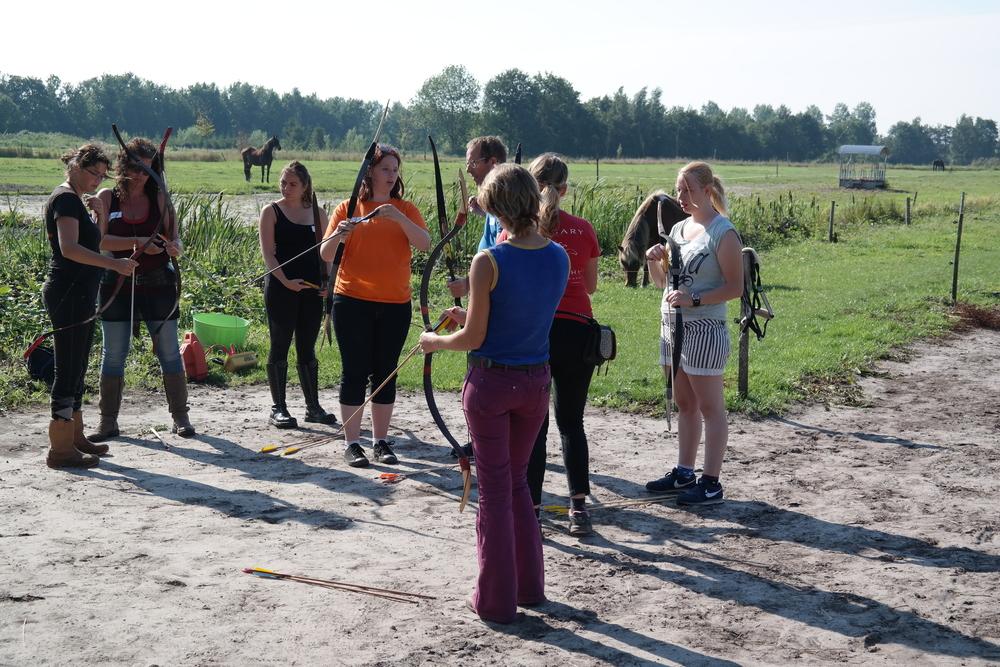 Deelnemers krijgen in Kaatsheuvel uitleg in een techniek die het mogelijk maakt om razendsnel pijlen te nokken