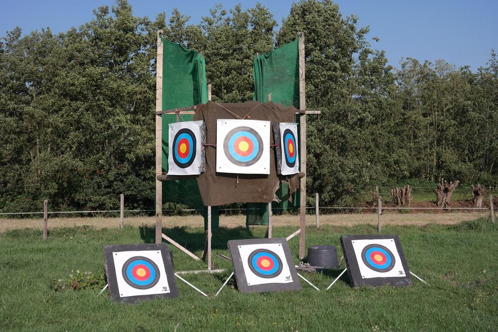 De doelen bovenin vormen samen een Hongaarse doel. De eerste dertig meter schiet de ruiter voorwaarts op het eerste doel, de tweede dertig meter zijwaarts op het tweede doel en de laatste dertig meter achterwaarts op het laatste doel. Het achterwaartse schot is het moeilijkst te raken en levert dus de meeste punten op. Het zijwaartse schot is het gemakkelijkst en levert dus de minste punten op. Het voorwaartse schot zit hier qua moeilijkheid en puntentelling tussenin.