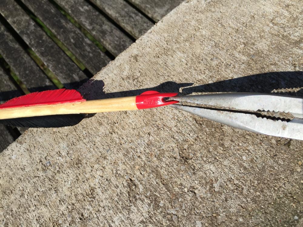 Zet de tang zo ver mogelijk haaks op het nokje,dus niet in het verlengde van de pijl.