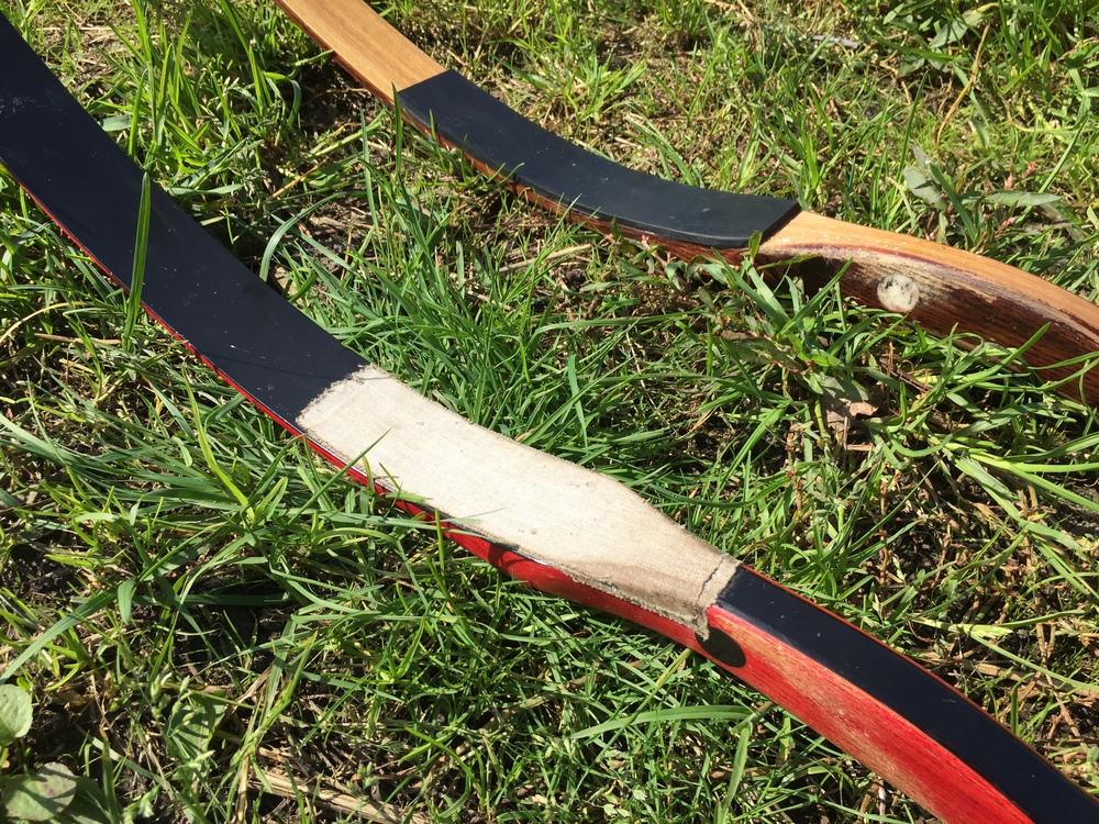 De achterste boog is voorzien van een rubberen beschermingsvlak. Op de voorste boog is ter bescherming een laagje pleistertape aangebracht.