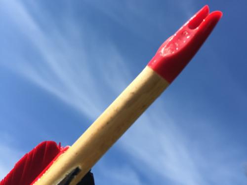 Een pijl zonder uitgebogen nokje. Op deze manier wordt het lastig de pijl zonder te kijken snel op de pees te krijgen.