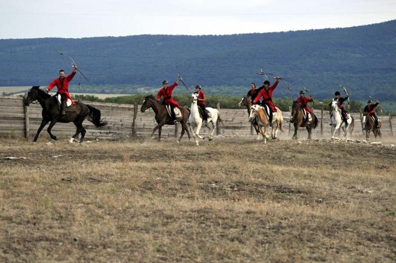 De Hongaarse boogschutters in galop over het terrein.