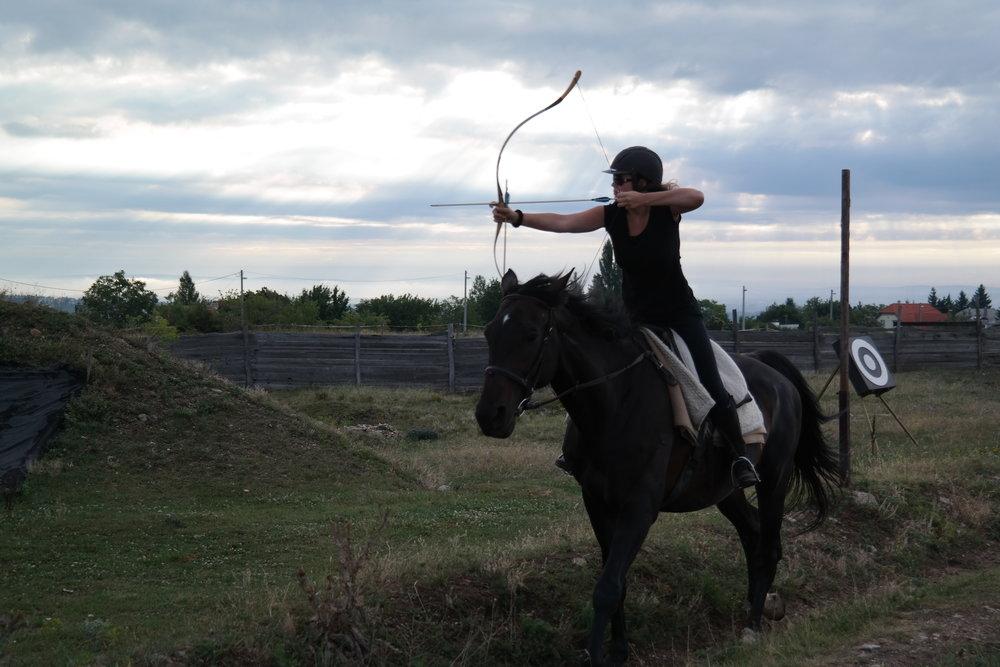 José tijdens een eerder trainingskamp boogschieten te paard in Hongarije