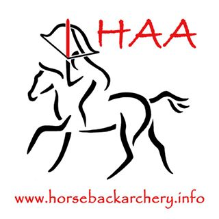 Het logo van de International Horseback Archery Association.