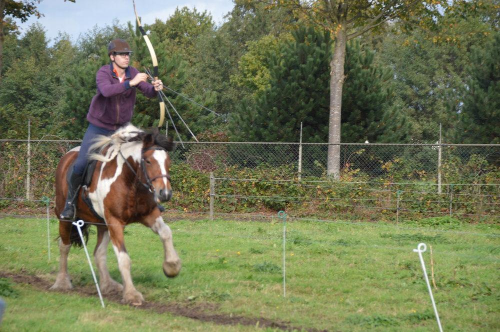 Onze leerling Kimo in actie vanaf ons paard Barrie, ze doen het allebei steeds beter!