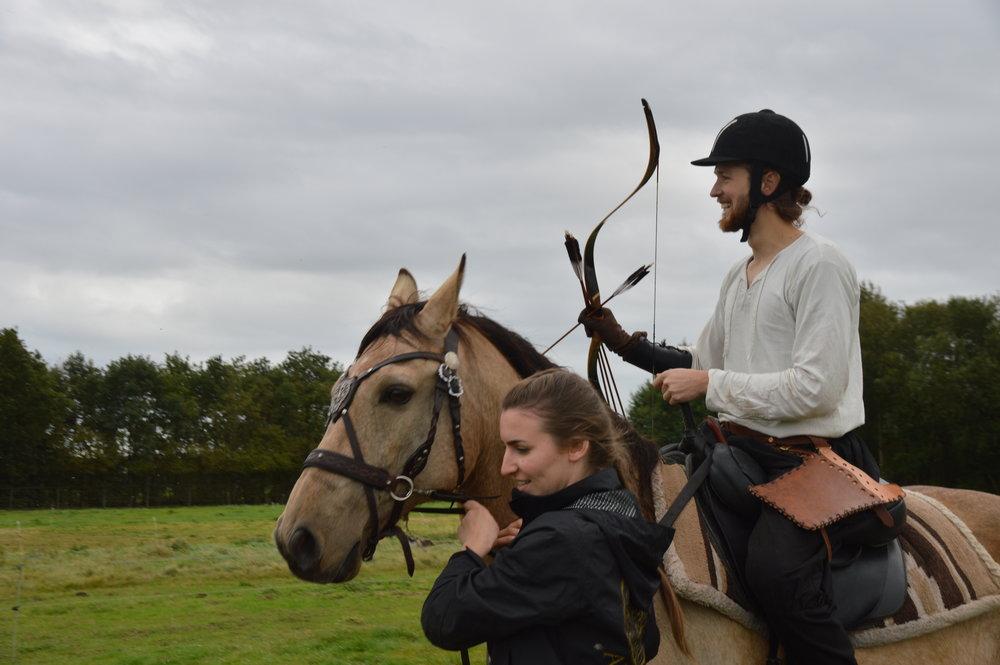 Boogschieten te paard in stap