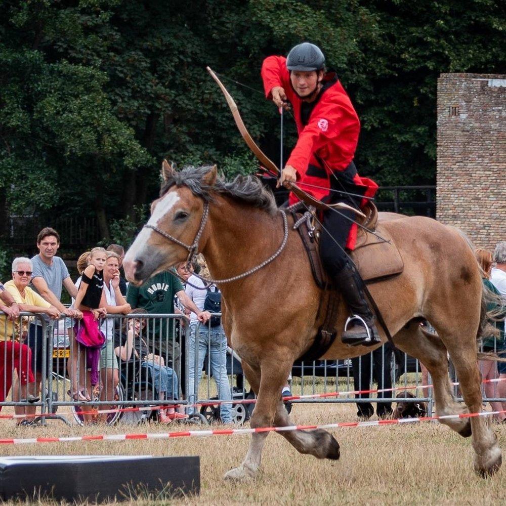 Arno op Karel de Grote tijdens een demonstratie boogschieten te paard
