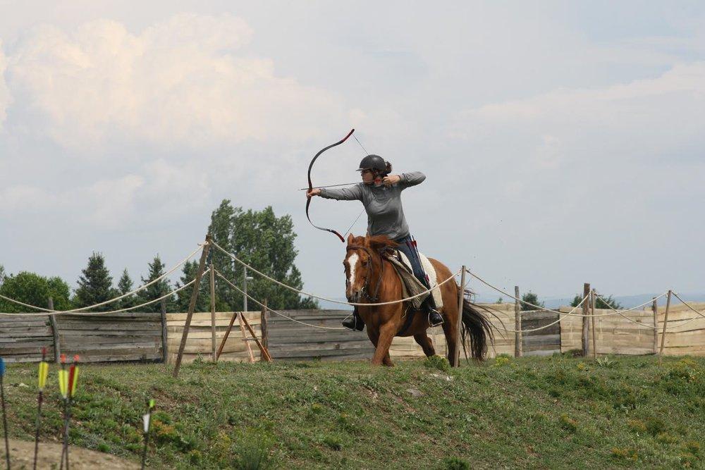 Een oude foto waarin José een inmiddels verboden techniek (laden uit de rijlaars) gebruikt. Tijdens het kamp gebruiken we quivers!