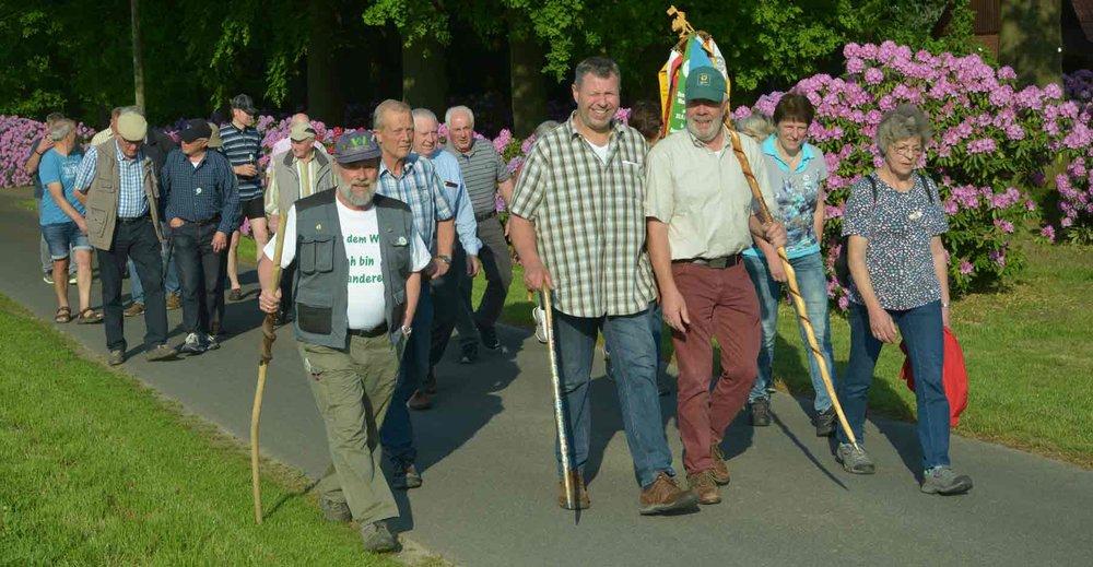 Ausgestattet mit Wanderstab und Wanderwimpel erkundete eine Wandergruppe in Besten die Bauerschaftsgrenzen.  Foto: Georg Geers