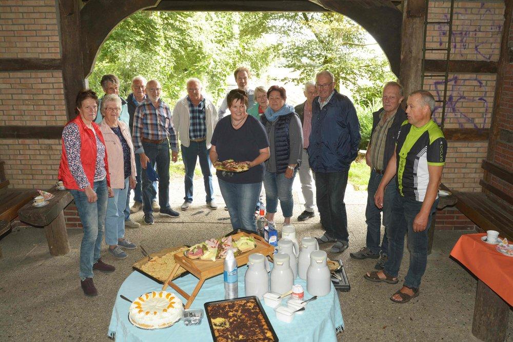 Ein opulentes Kuchenbuffet, vorbereitet von Ulrike Summe, wartete in der Schutzhütte am Goldhügel auf die Radler.