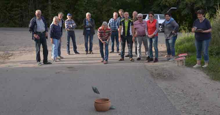 In Woltrup warteten Geschicklichkeitsspiele auf die Tour-Teilnehmer. Fotos: Georg Geers
