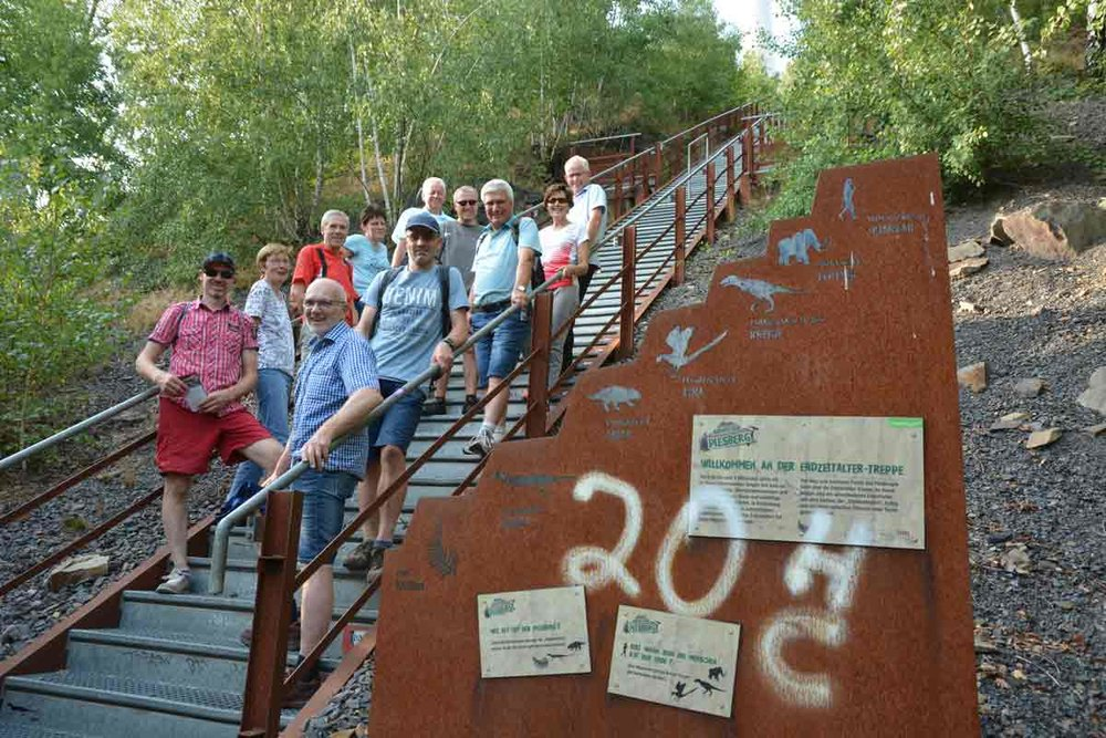 300 Millionen Jahre Erdgeschichte werden am Piesberg erlebbar. Unser Foto zeigt die Wanderer auf der Erdzeitaltertreppe.