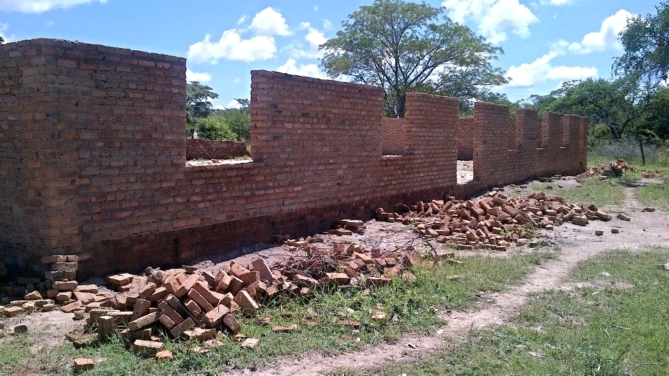 Construction of the school hall at Marumbi underway...