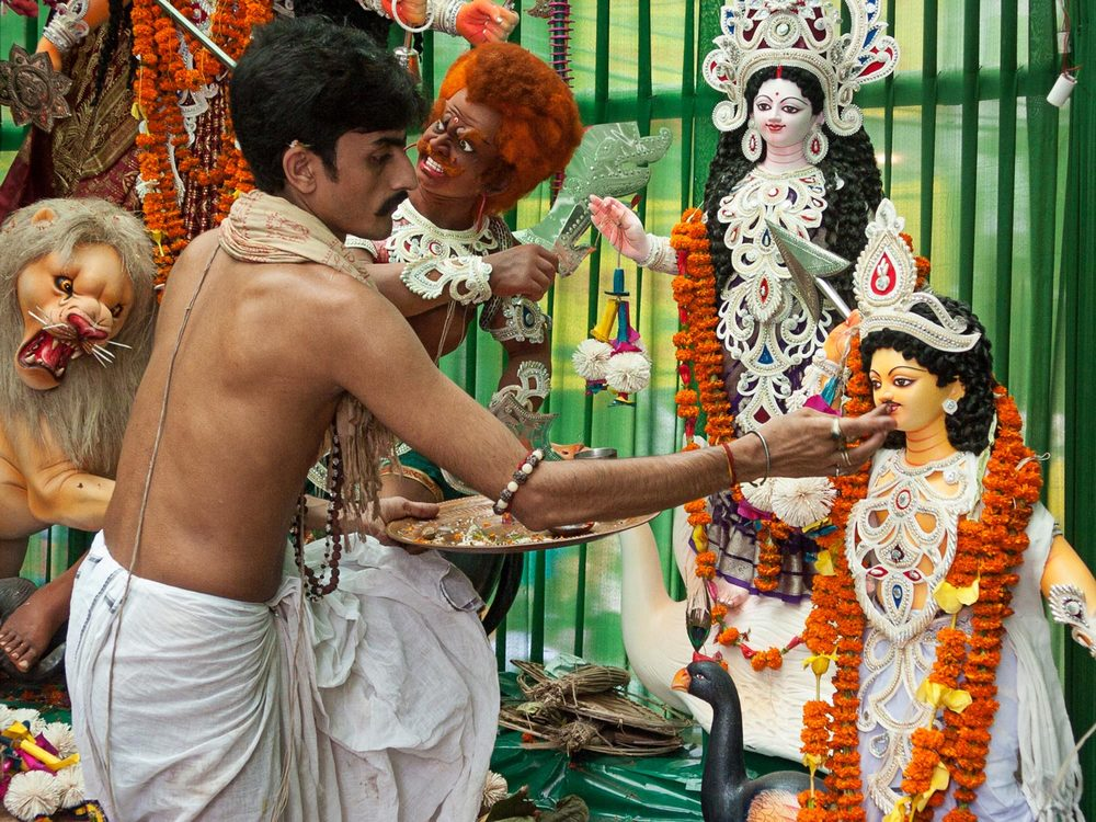 Bangladesh-durga-puja-hindu-priest.jpg