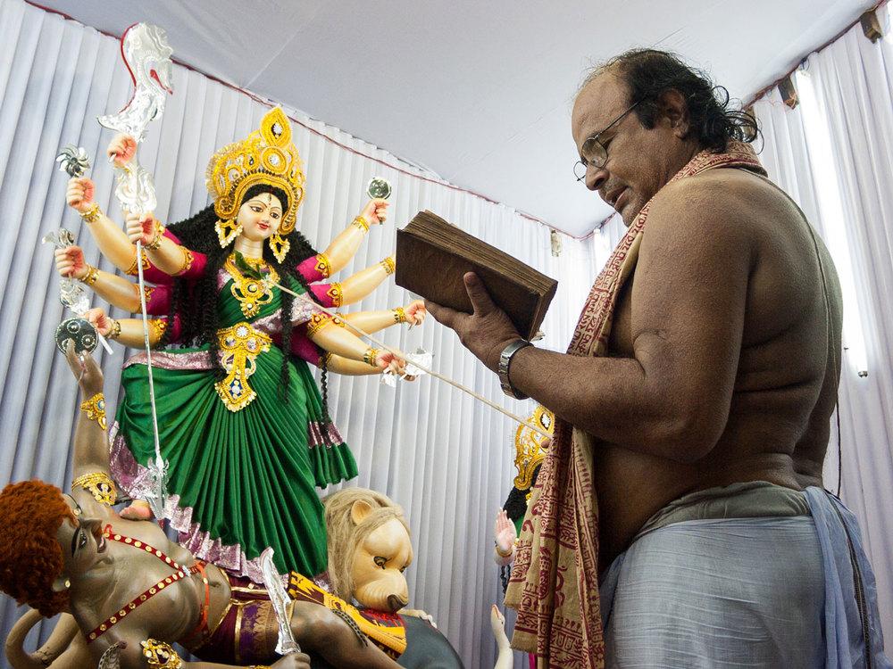 Bangladesh-durga-puja-priest.jpg