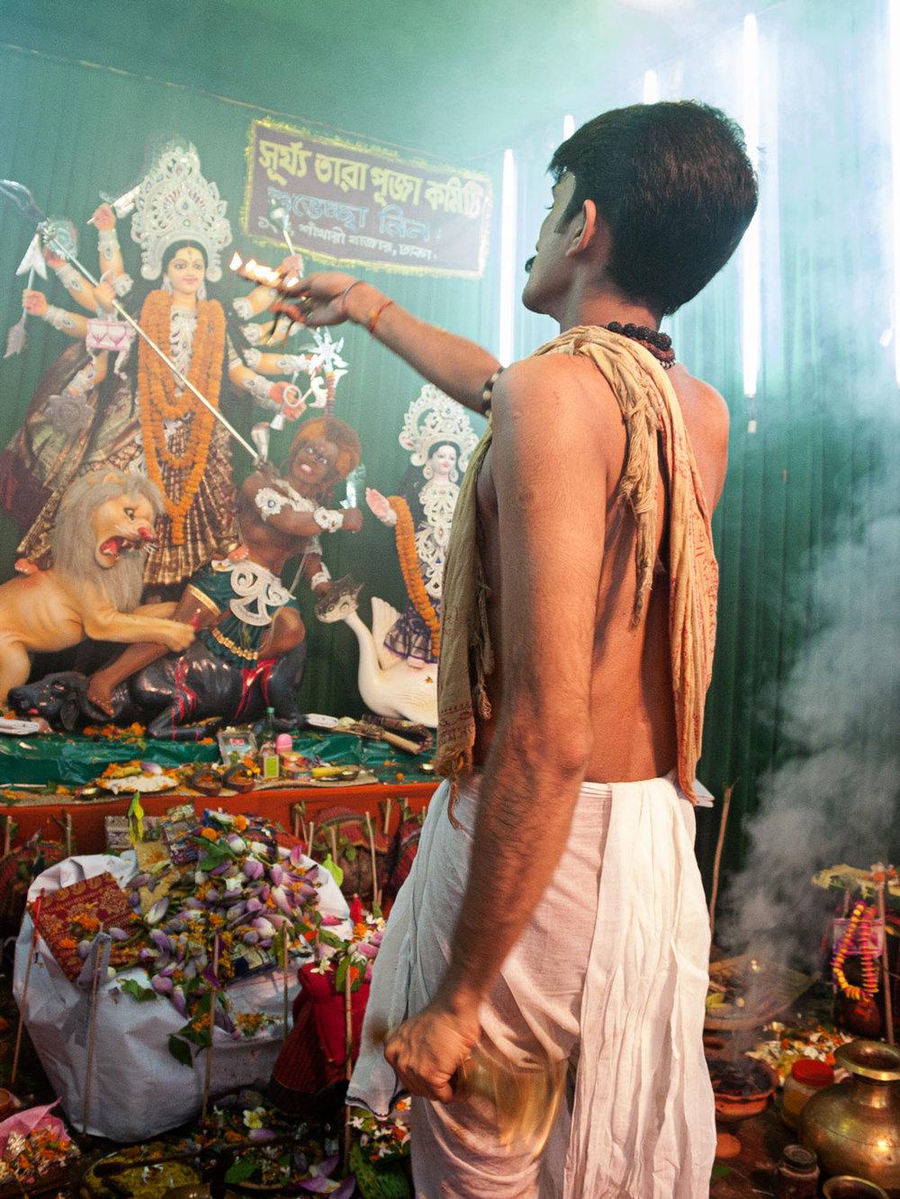 Bangladesh-hindu-durga-puja-priest-incense.jpg