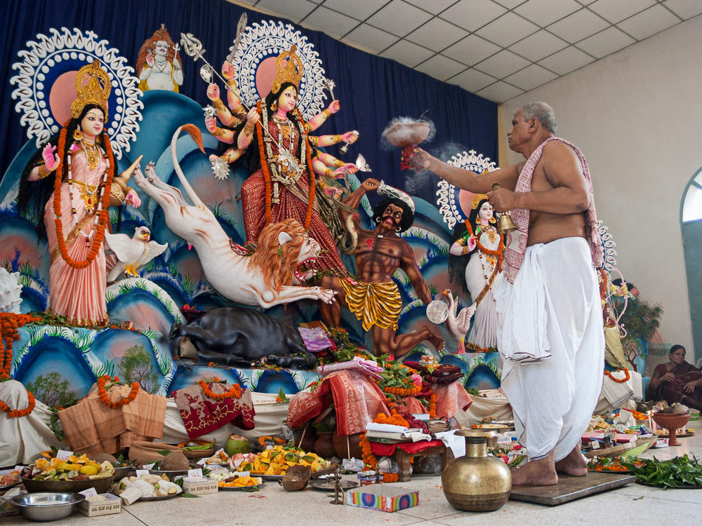 Bangladesh-priest-hindu-durga-puja.jpg