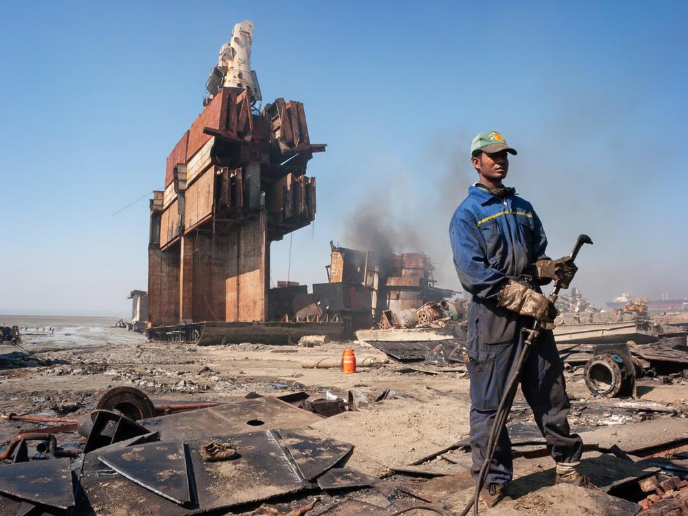 bangladesh-chittagong-shipbreaking-welding.jpg